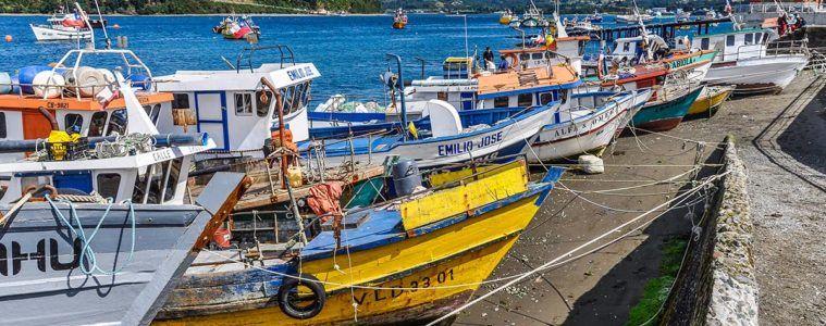 Barcos de colores, Isla de Chiloé, Chile