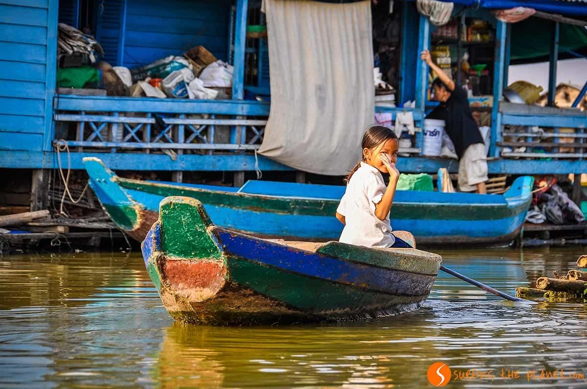 Chica en barco, Kompong Long, Camboya