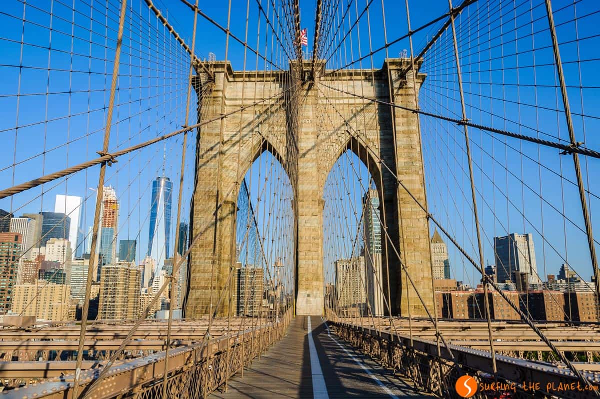 Estar solo en el Puente de Brooklyn, Nueva York | Ruta por la Costa Este de Estados Unidos