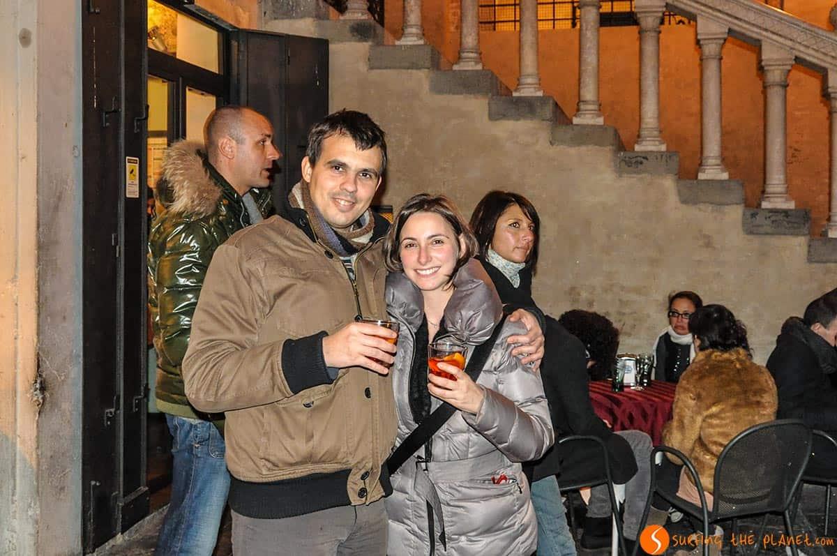 Bevendo uno spritz in Piazza delle Erbe, Padova, Italia
