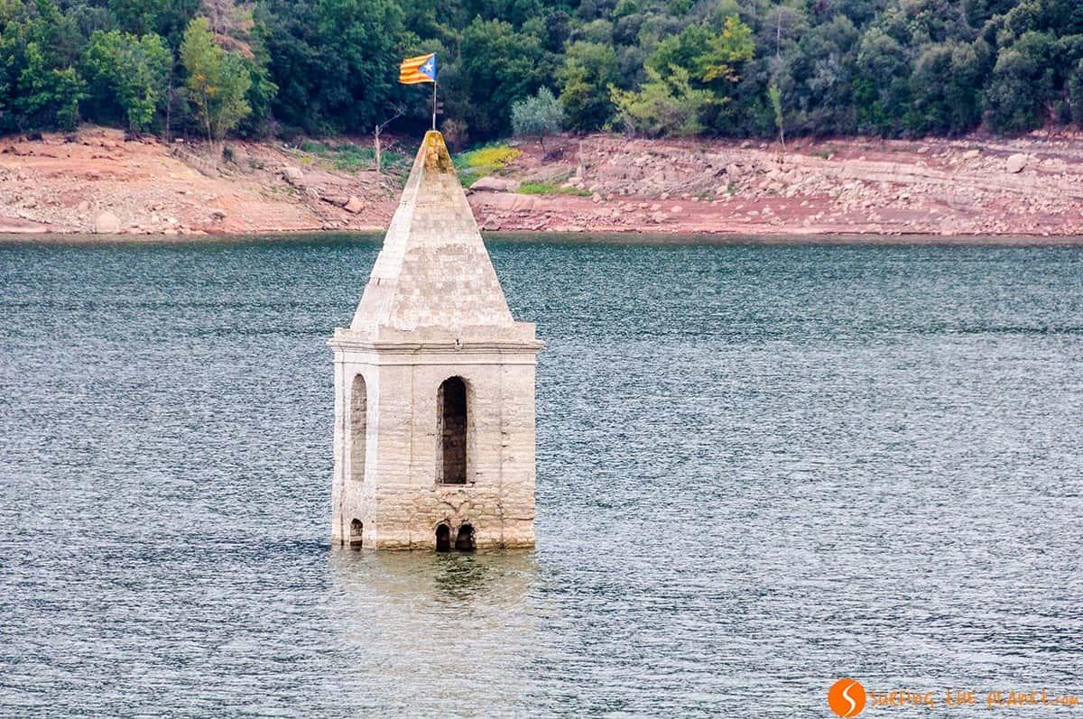 Iglesia hundida en el Pantano de Sau, Cataluña, España