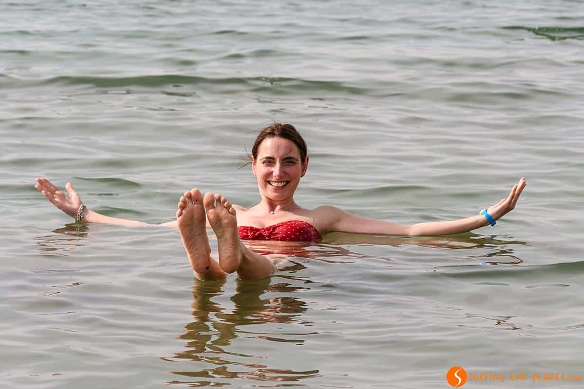 Rachele Flotando en el Mar Muerto, Jordania