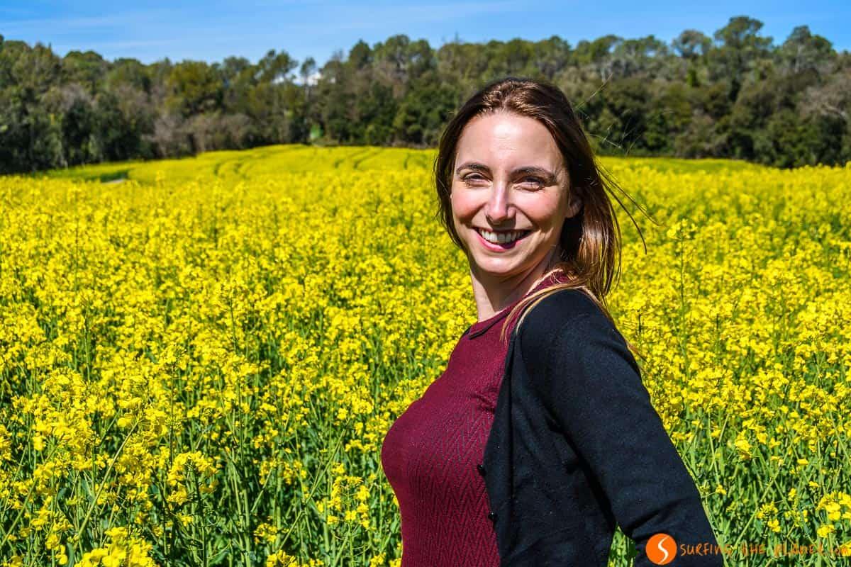 Rachele en campo de colza, Pla de l'Estany, Girona, Cataluña | 5 Lugares de floriturismo cerca de Barcelona