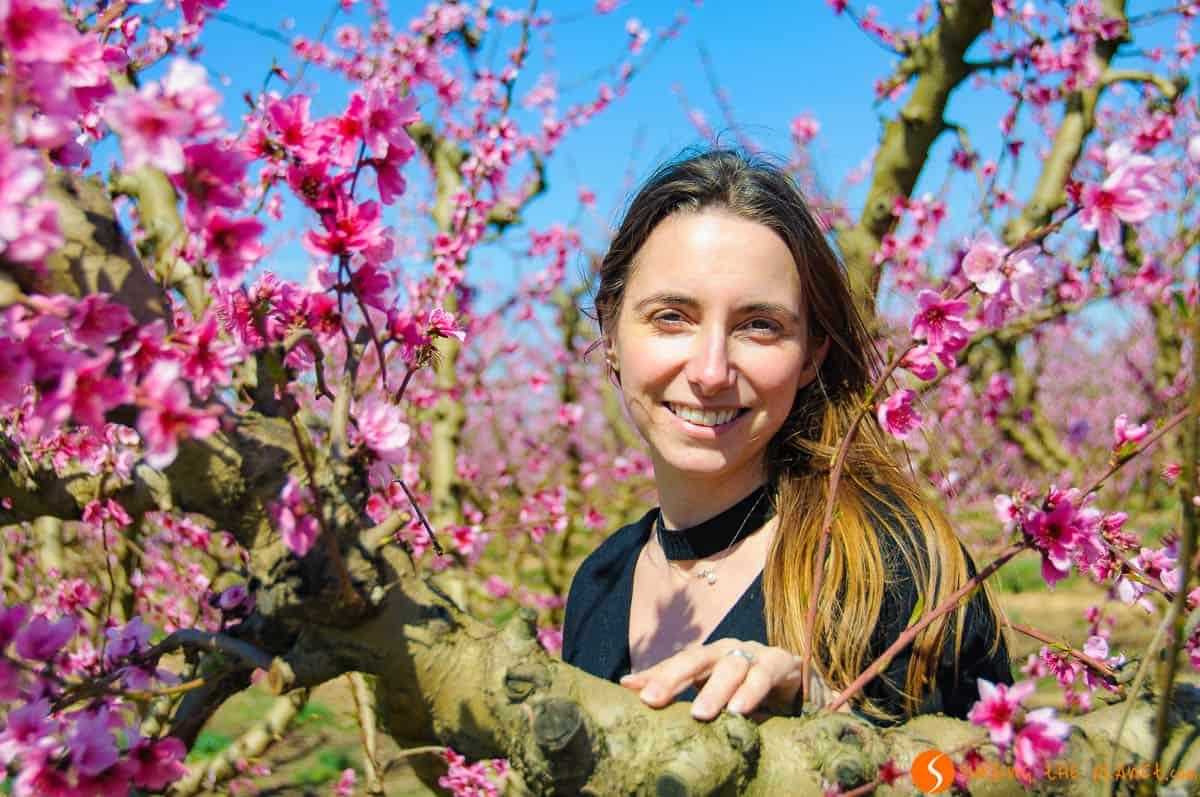 Rachele entre flores de melocotón, Aitona, Lleida, Cataluña | Campos en flor cerca de Barcelona