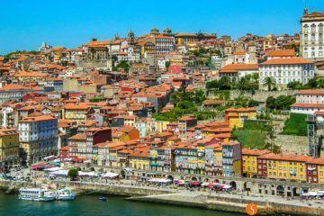 Casas de color y terrazas, La Ribeira, Oporto, Portugal