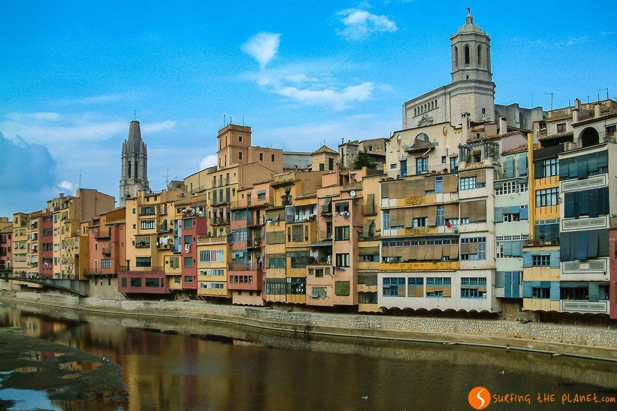 Vista de casas de color, Girona, Cataluña, España