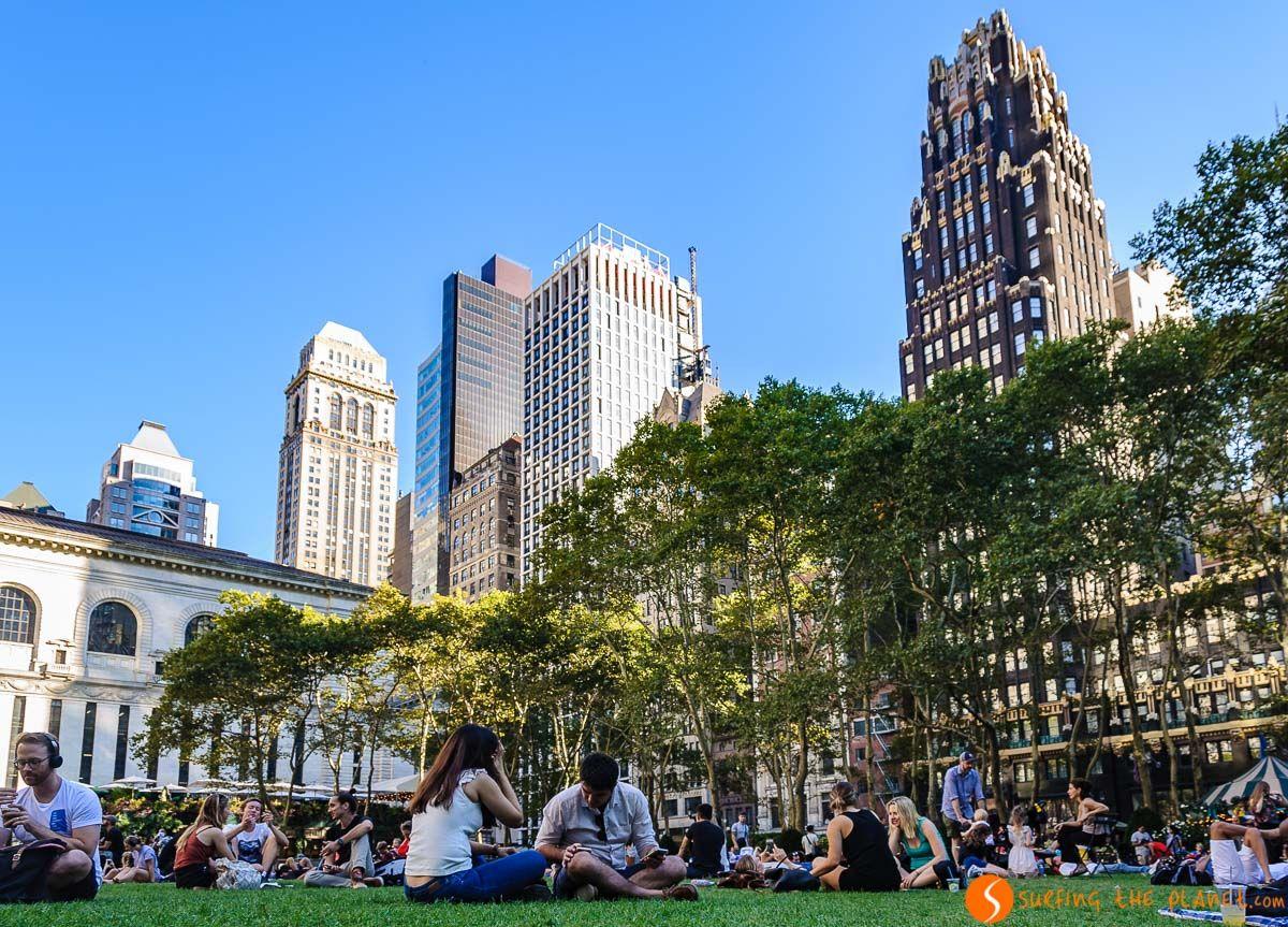 Gente haciendo picnic, Bryant Park, Manhattan, Nueva York