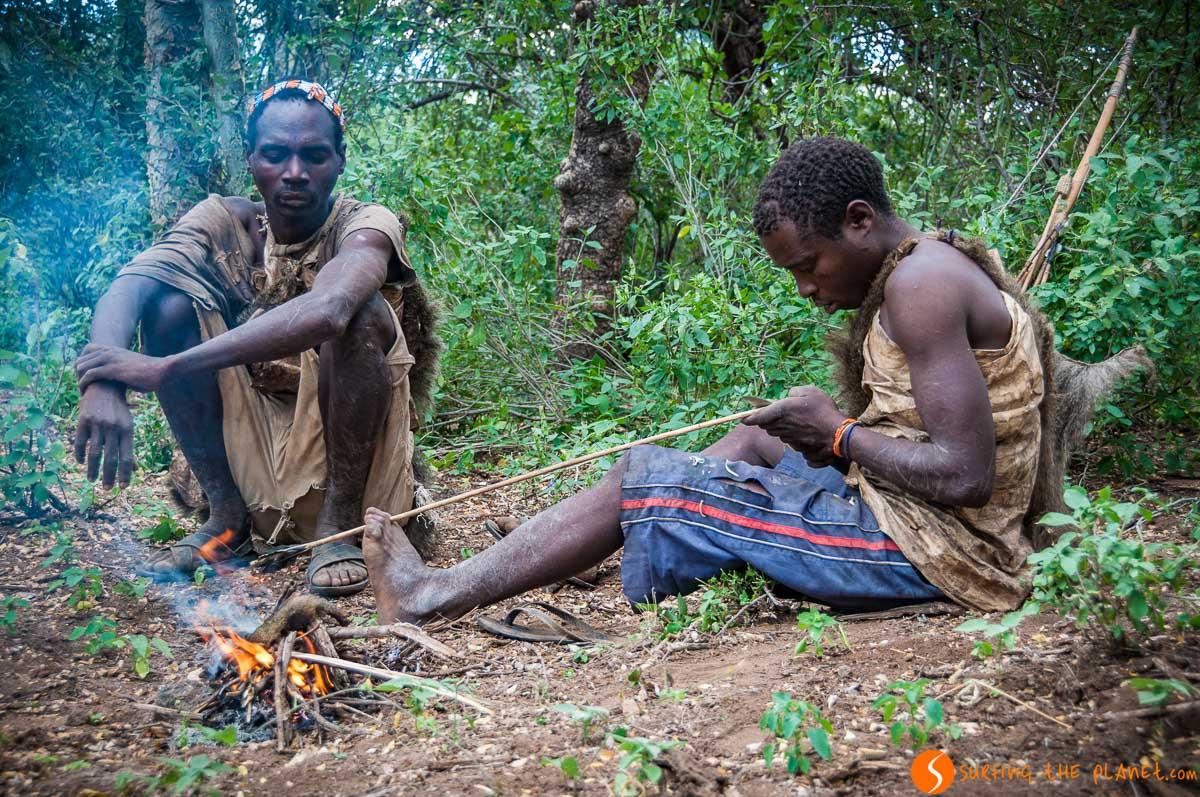 Fuego, Tribu de Bosquimanos, Lago Eyasi, Tanzania