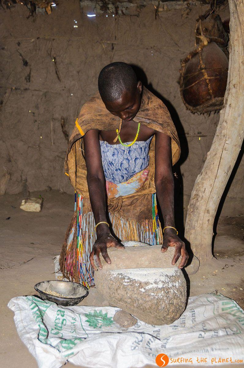 Mujer moliendo semillas, Tribu de los Datoga, Lago Eyasi, Tanzania | Viaje a los tribus del Lago Eyasi