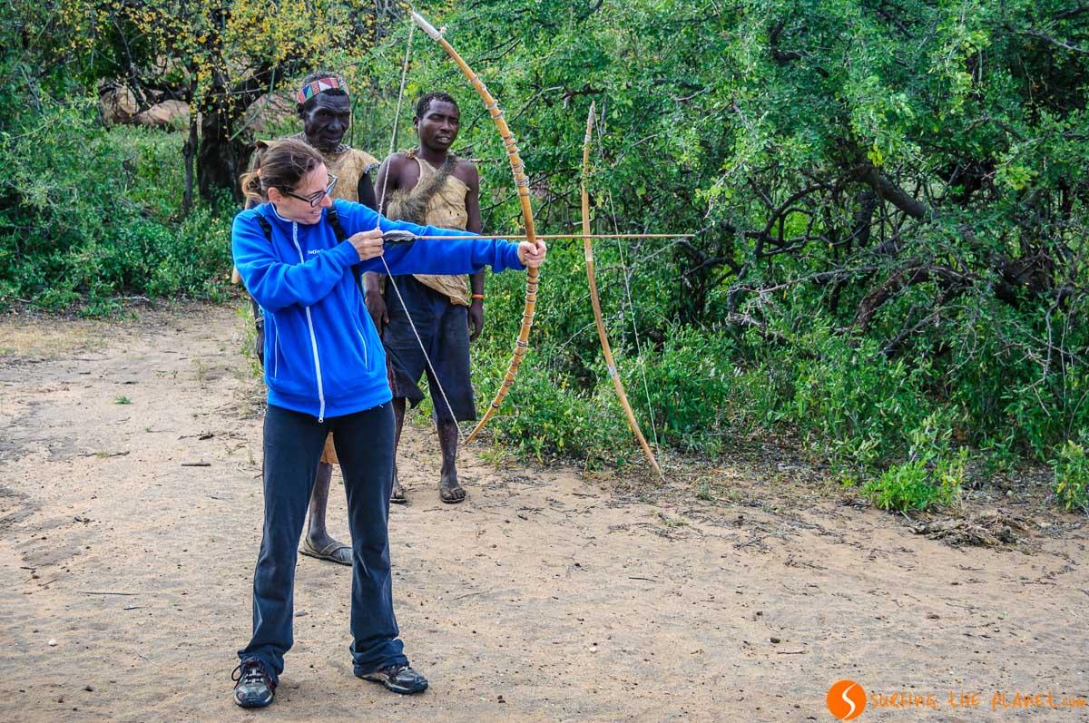 Tiro con arco, Tribu de Bosquimanos, Lago Eyasi, Tanzania | Safari en el Lago Eyasi