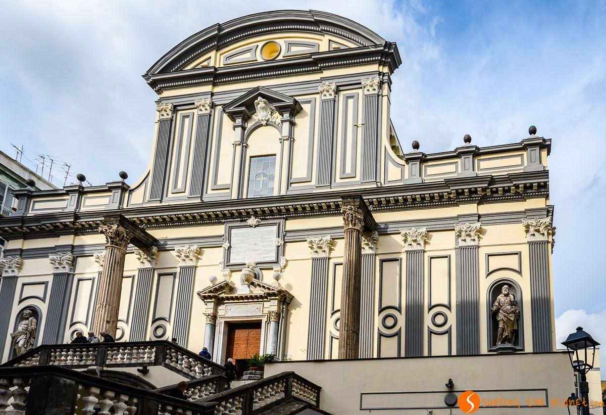 Fachada de la Iglesia San Paolo Maggiore, Napoli, Italia