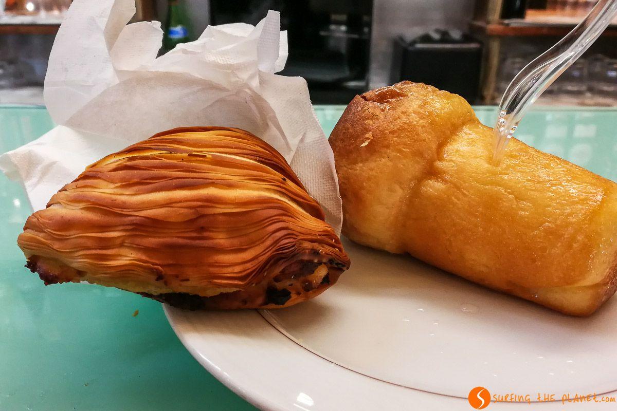Sfogliatella y babà, Pastelería Scaturchio, Nápoles, Italia