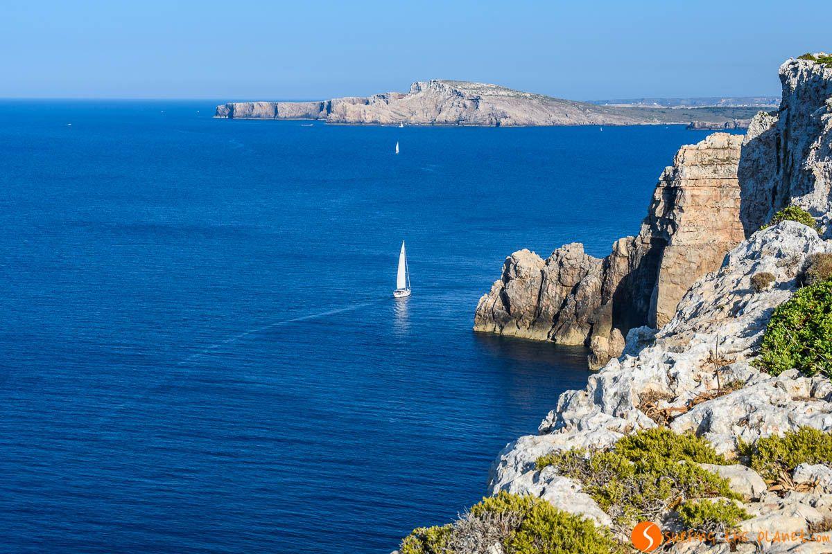Acantilados cerca del Faro del Cap de Cavalleria, Menorca, España