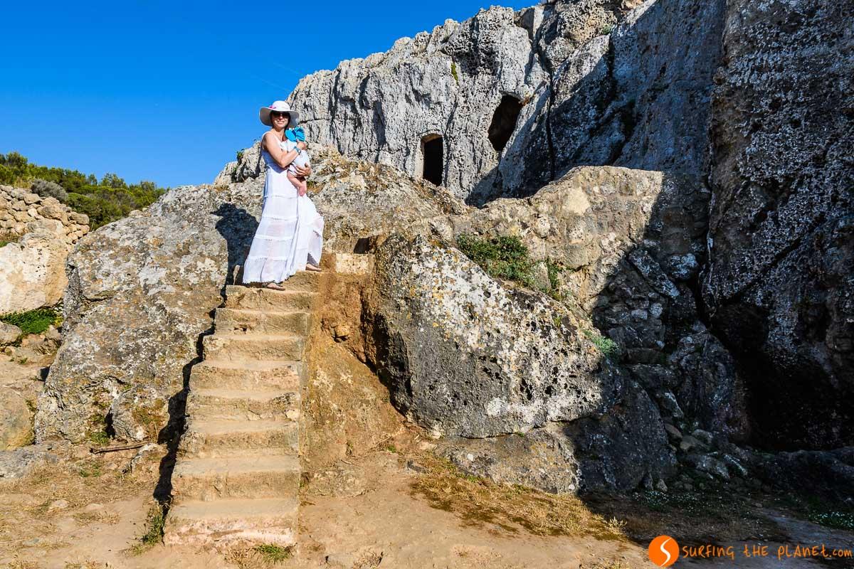 Entrada cueva, Necrópolis de Cala Morell, Menorca, España | Ruta por la cultura talayótica en Menorca