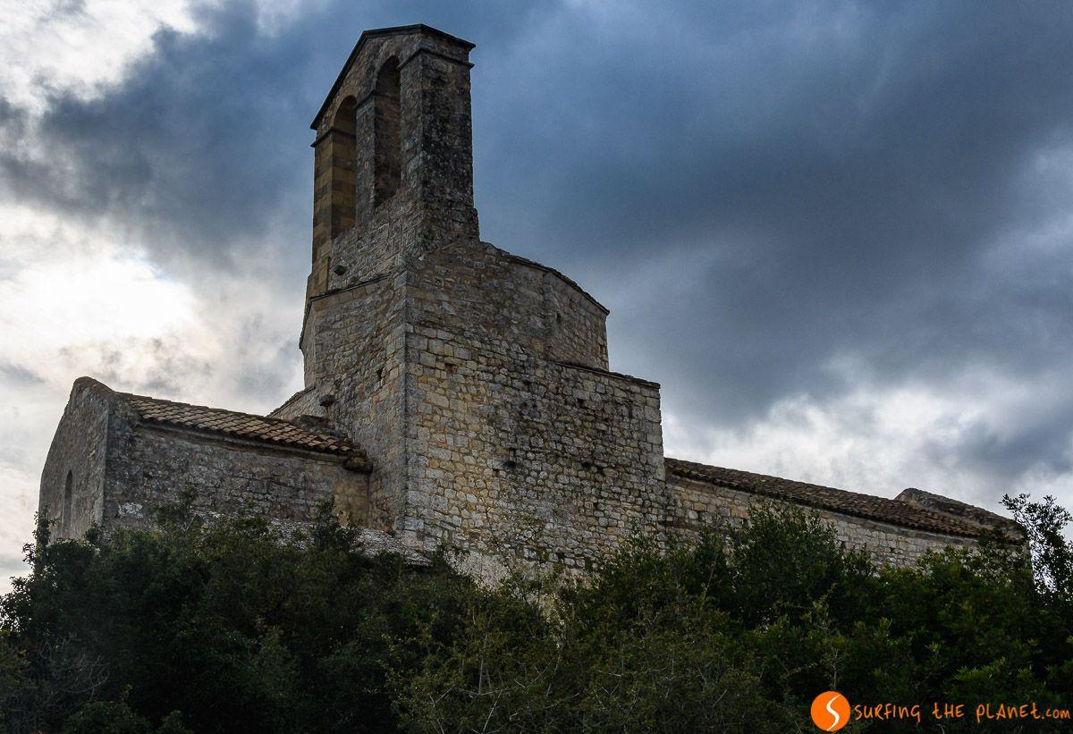 Iglesia románica en el Castillo de Olèrdola, El Penedès, Cataluña, España