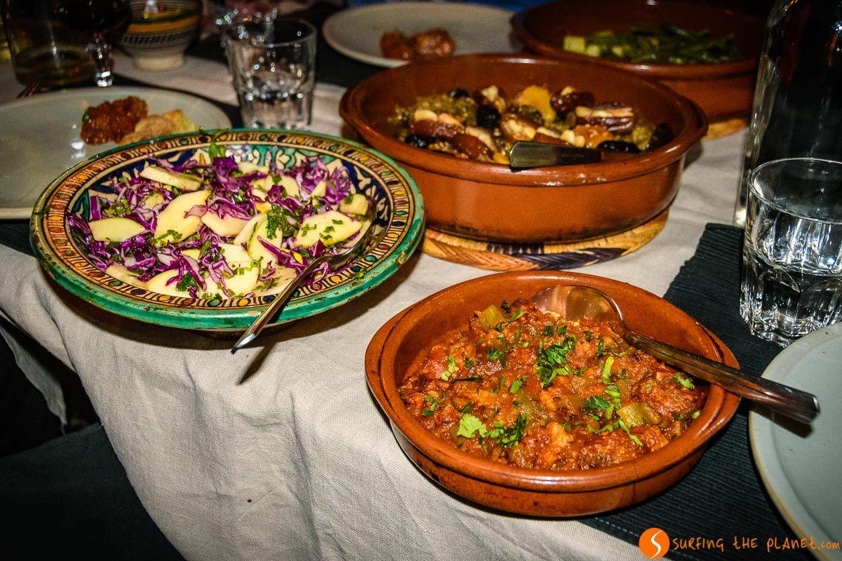 Platos en la mesa, Dar Seffarine, Fez, Marruecos