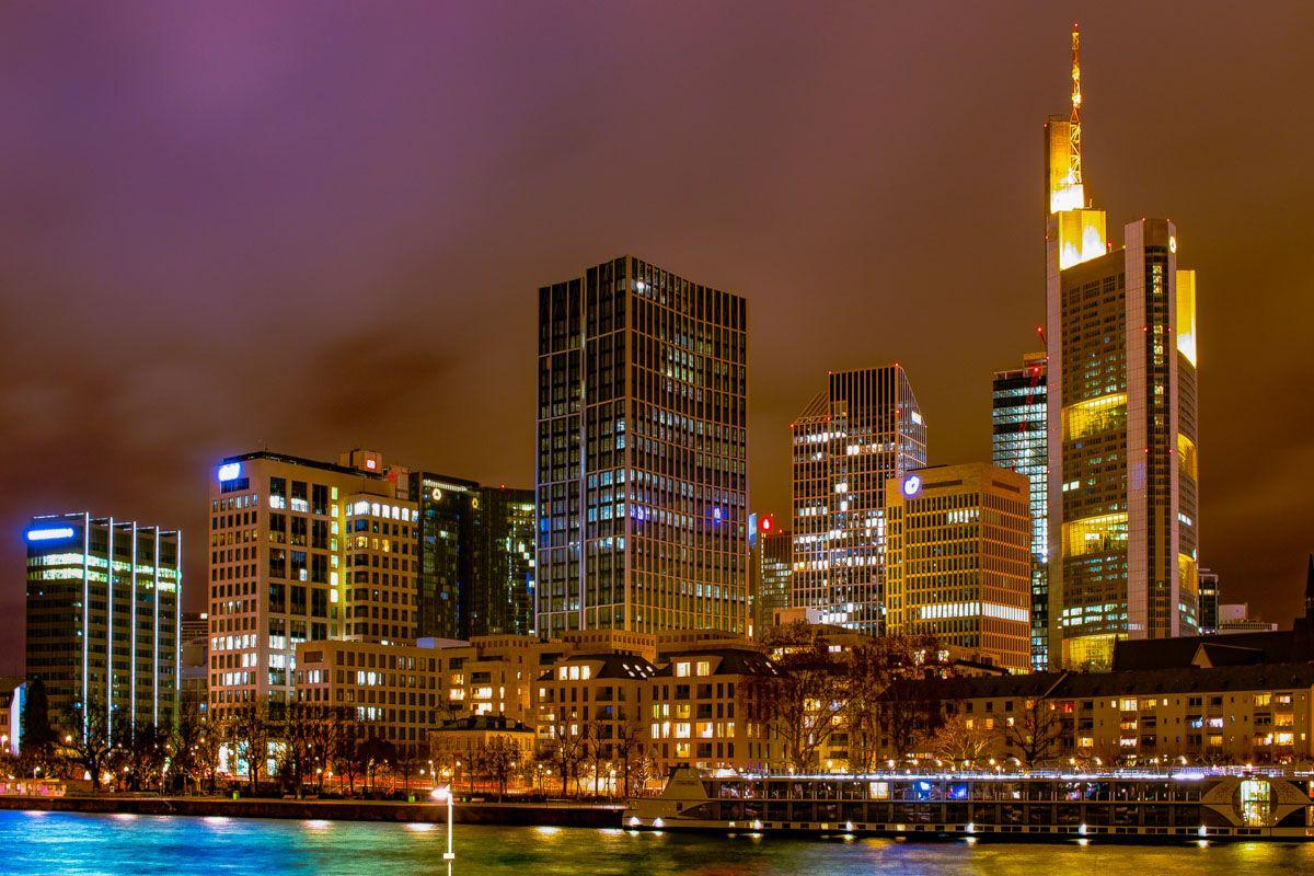 Luces nocturnas de rascacielos, Frankfurt, Alemania   Qué ver y visitar en Frankfurt